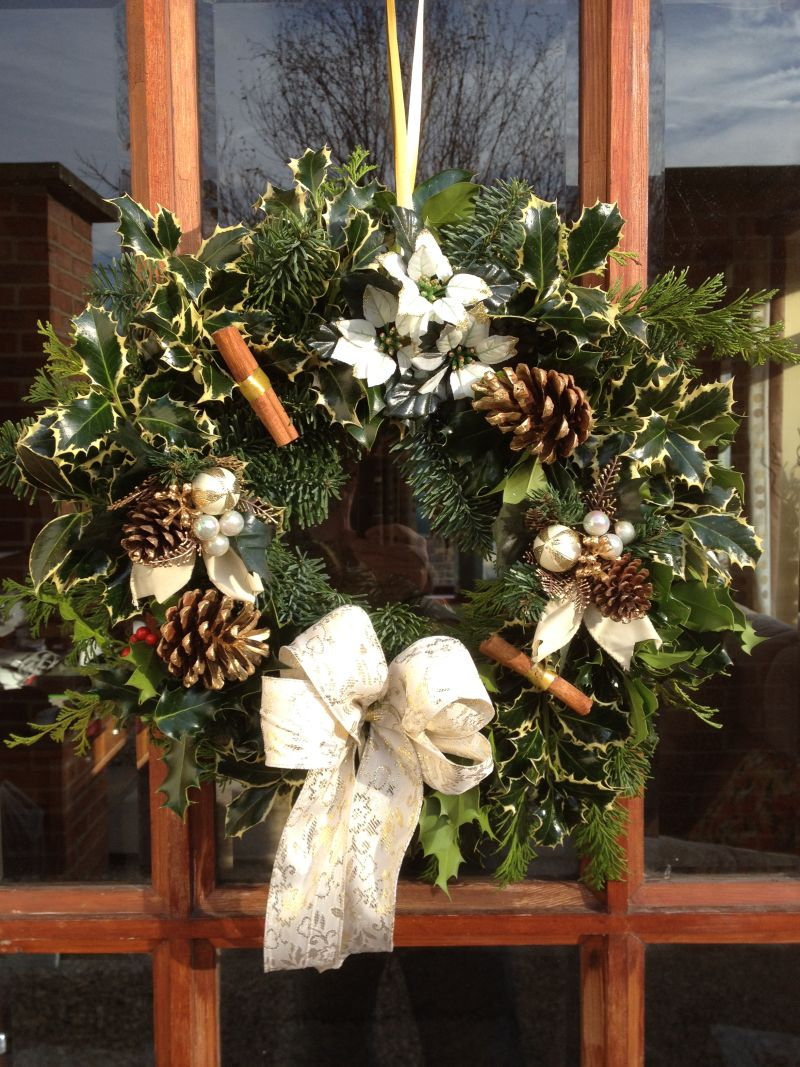 Designer Luxury holly wreath in Gold Natural theme